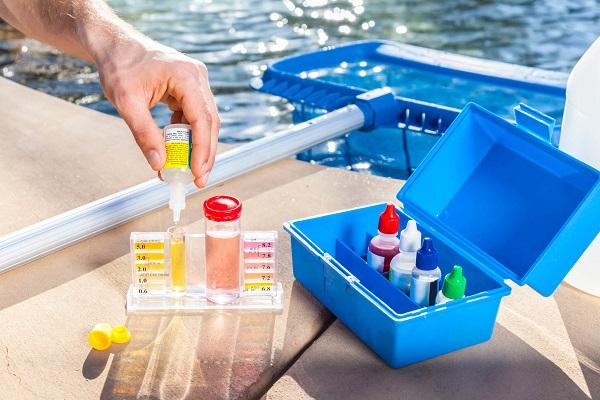 Dụng cụ chuẩn bị tiến hành kiểm tra định kỳ nước bể bơi