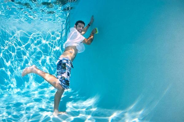 xử lý nước hồ bơi có màu xanh bất thường