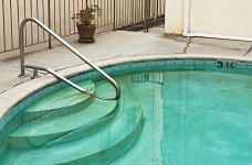 Hướng dẫn xử lý nước hồ bơi nhiễm tảo nặng