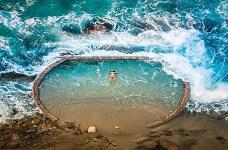 Say đắm với bể bơi hình viên ngọc đặt giữa đại dương bao la